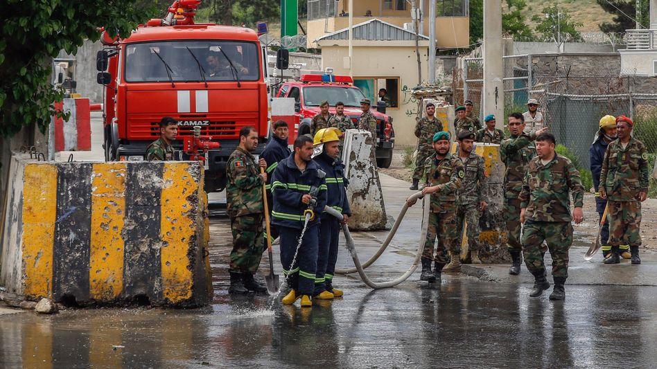 Helfer nach einem Anschlag in Kabul am Donnerstag