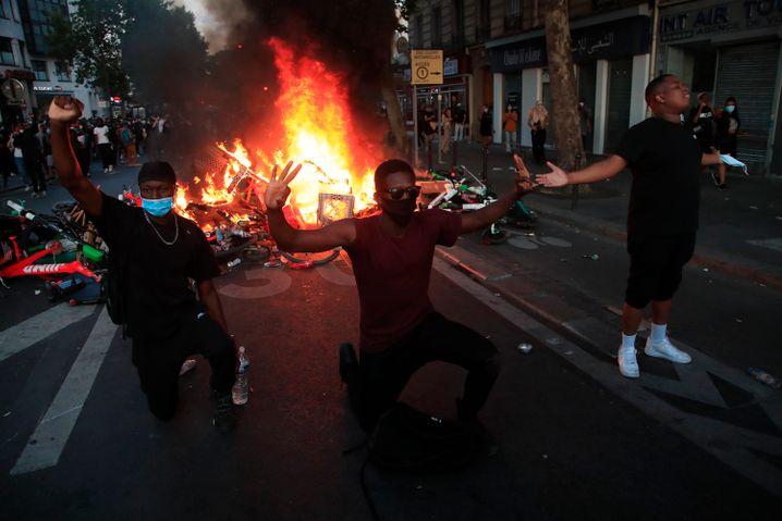 Protestanten vor brennenden Barrikaden: Die Demonstrationen in Paris blieben nicht gewaltfrei