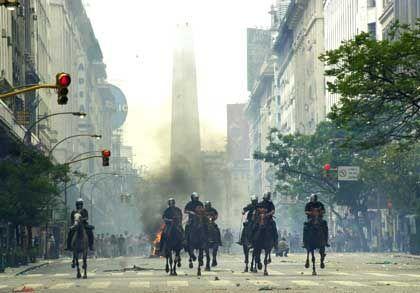 Jagd auf gewalttätige Demonstranten: Auch auf Pferden ging die argentische Polizei gegen die Randalierer vor. Der Obelsik im Hintergrund ist eines der Wahrzeichen von Buenos Aires
