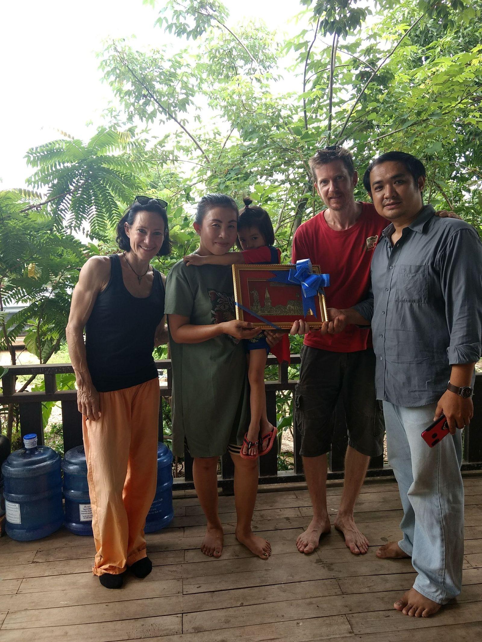 2019-06-01_Nach 8 Jahren Laos...auf nach Deutschland. Hier die Verabschiedung vom Landverpächter Leng und seiner Frau. Als Abschiedsgeschenk überreichen sie uns einen Silberstich von Thakhek