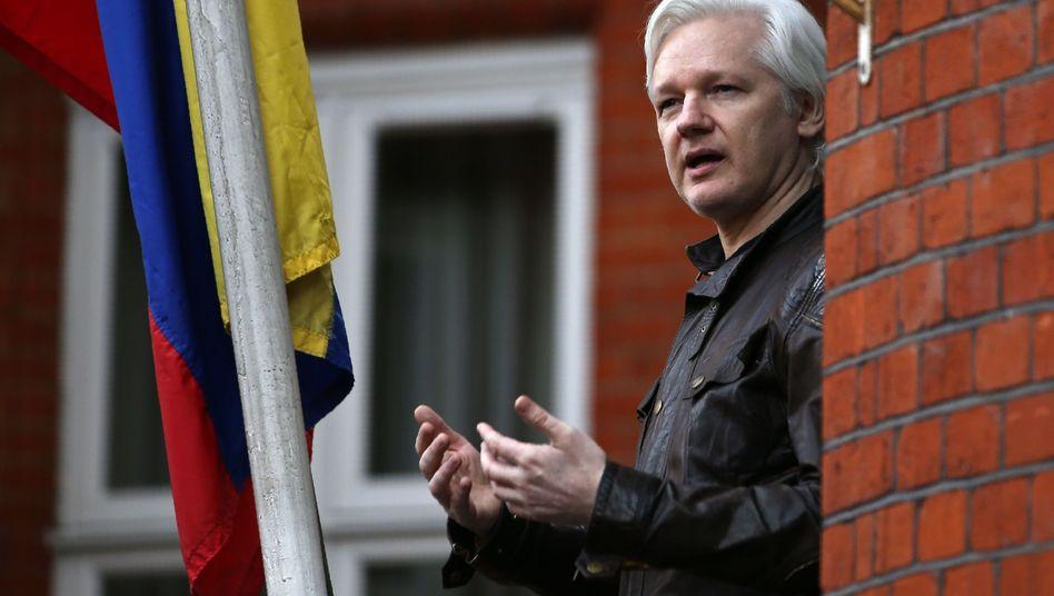 Julian Assange auf dem Balkon der ecuadorianischen Botschaft in London