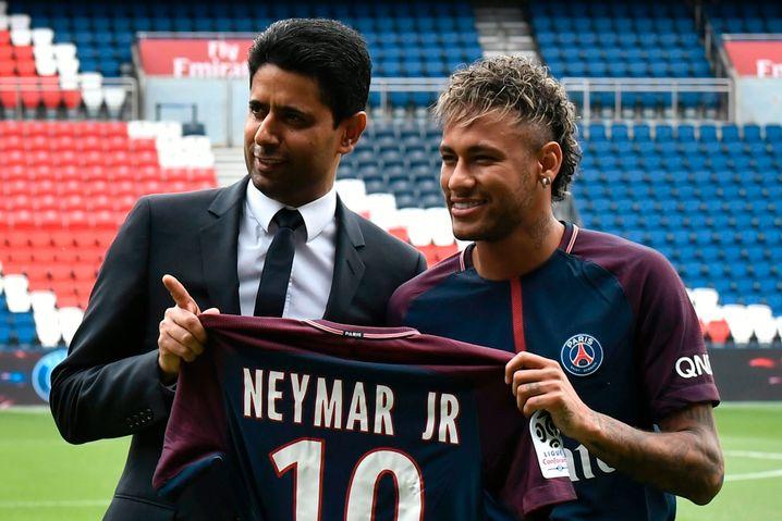 Für 222 Millionen Euro vom Vorbildklub FC Barcelona gekommen: Nasser Al-Khelaifi mit Neymar im Jahr 2018
