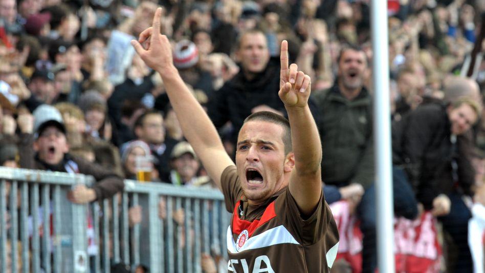 St. Paulis Naki (gegen 1860 München): Rüde Geste Richtung im Rostock-Spiel