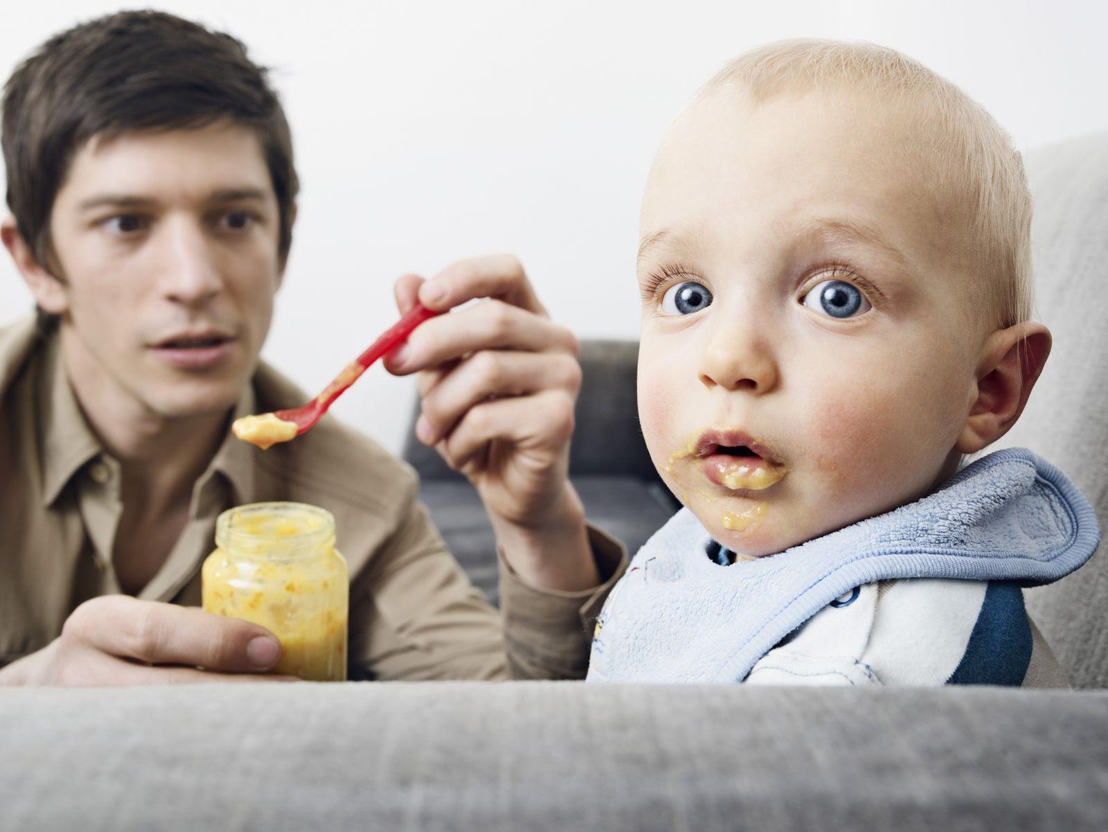 NICHT MEHR VERWENDEN! - Symbolbild / Vater / Baby / Essen / Elternzeit