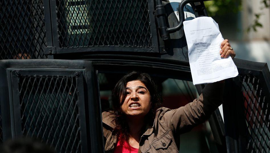 Eine Frau demonstriert in Istanbul für ihr Recht auf Versammlungs- und Meinungsfreiheit (Archivbild)