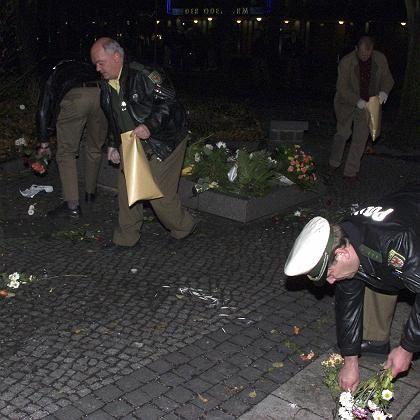 Aufräumen nach der Randale: Polizisten an der jüdischen Gedenkstätte in frankfurt an der Oder