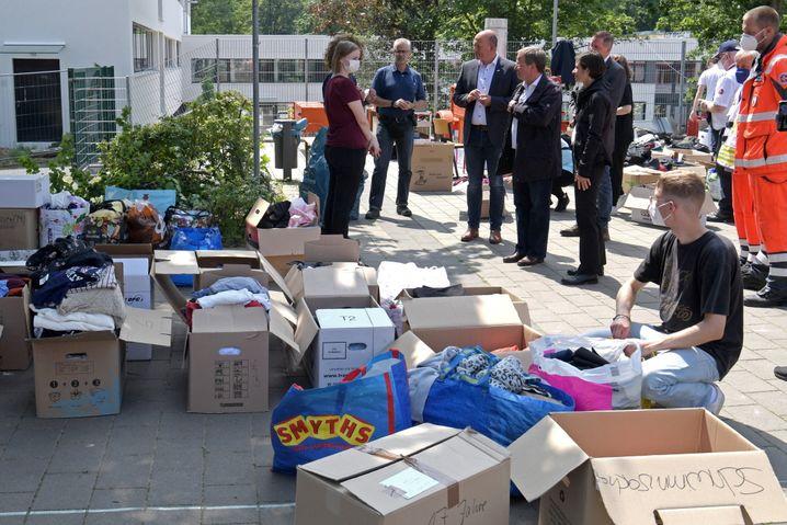Nordrhein-Westfalens Ministerpräsident Armin Laschet (CDU) besucht mit Erftstadts Bürgermeisterin Carolin Weitzel eine Notunterkunft