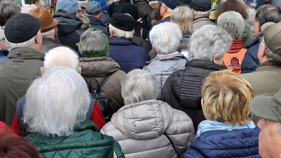 Senioren warten vor Beginn der 29. OstseeMesse in Rostock (Symbolbild)