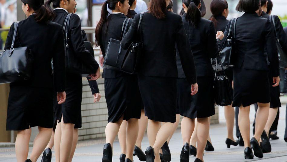 Japanische Frauen in hochhackigen Schuhen
