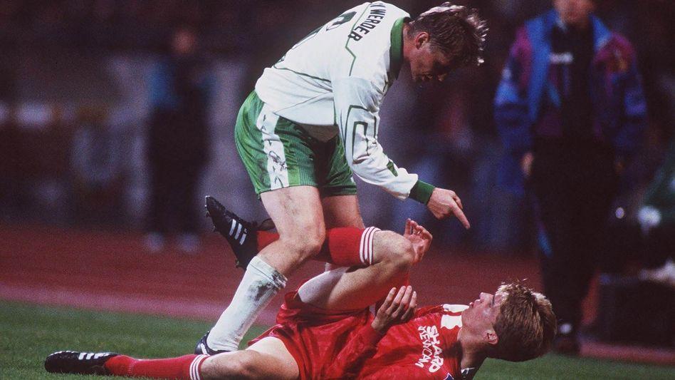 Fingerzeig: Uli Borowka (oben) gibt Karsten Bäron was mit auf den Weg, beim Pokalspiel Werder Bremen gegen den HSV im Oktober 1993