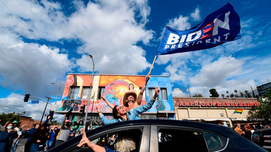 Viele Menschen feiern in den USA den Sieg Joe Bidens über Donald Trump