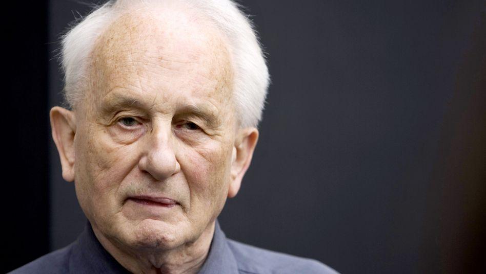 Der Streithahn: Rolf Hochhuth. Sein Zankapfel: das Berliner Ensemble.
