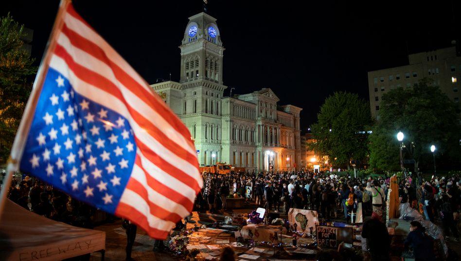 Demonstranten vor dem Bezirksgericht von Jefferson County - hier wurde die Anklage gegen einen beteiligten Polizisten erhoben