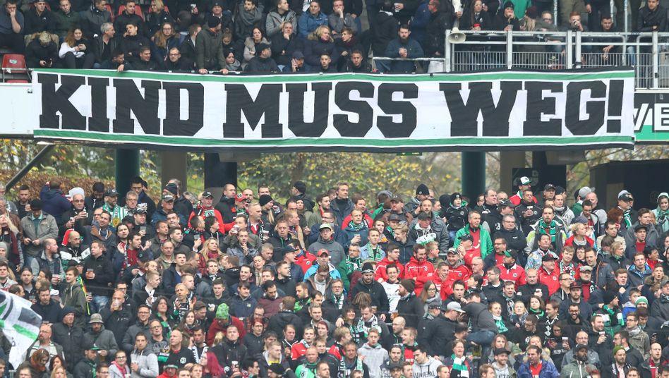 Hannover-96-Zuschauer mit Protestbanner