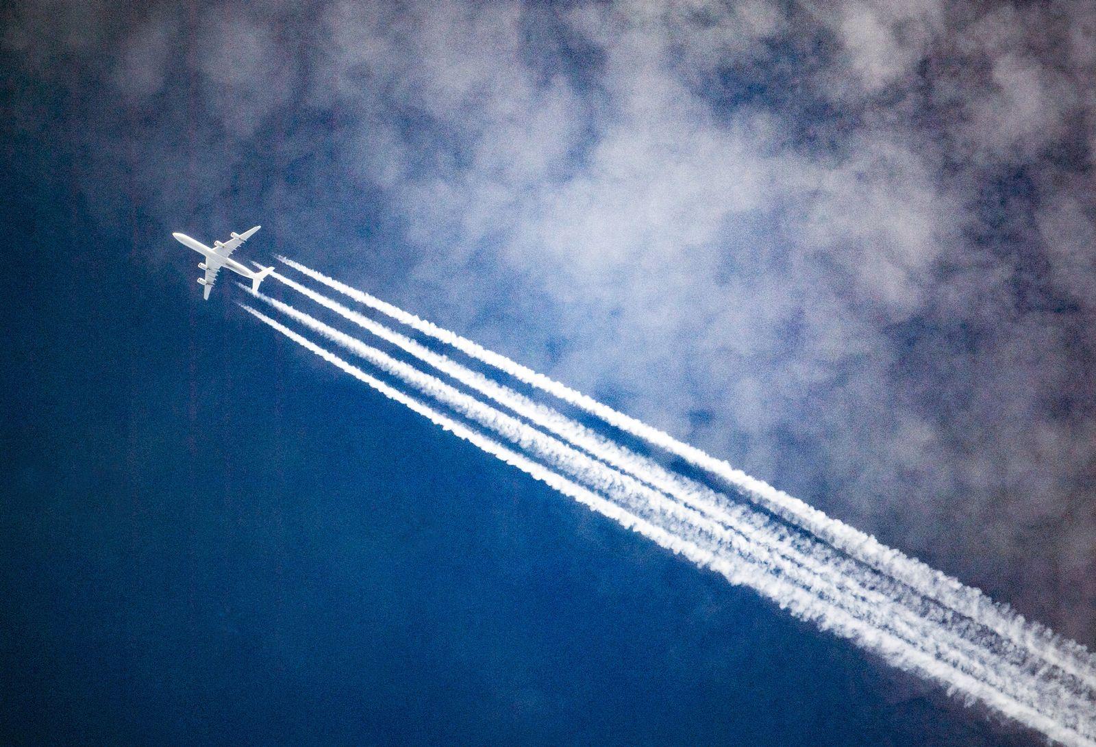Flugzeug / Kondensstreifen