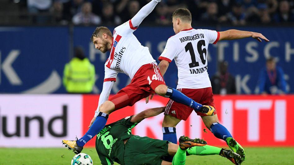 Hamburgs Aaron Hunt (l.) und Vasilije Janjicic (r.) im Duell mit Bremens Thomas Delaney
