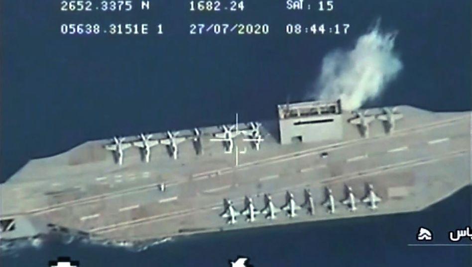 Bild des Angriffs auf die Flugzeugträgerattrappe, ausgestrahlt auf dem iranischen Staatssender Irib