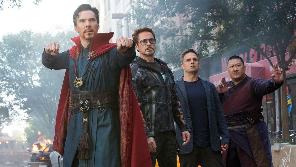 Filmszene mit Benedict Cumberbatch, Robert Downey Jr., Mark Ruffalo und Benedict Wong