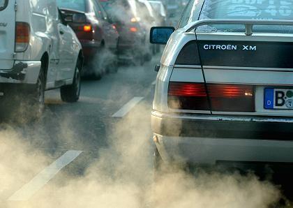 Abgase: Künftig soll der CO2-Ausstoß und der Hubraum als Grundlage für die Kfz-Steuer dienen