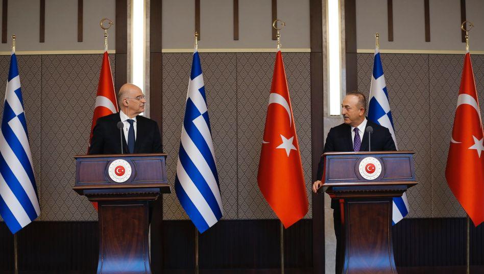 Verzichteten zuletzt auf Freundlichkeiten: Der griechische Außenminister Nikos Dendias mit seinem türkischen Amtskollegen Mevlüt Çavuşoğlu