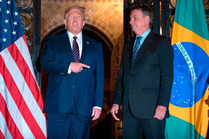 """Will sich nun """"sehr wahrscheinlich"""" doch testen lassen: US-Präsident Donald Trump (l.) mit Brasiliens Staatsoberhaupt Jair Bolsonaro"""