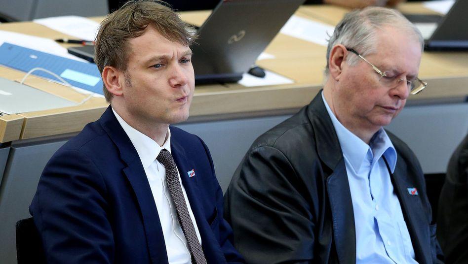 André Poggenburg und der AfD-Abgeordnete Robert Farle während einer Landtagssitzung (Archivbild)
