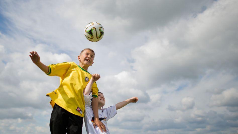"""Junge Kicker: """"Zum Glück spielen die Kinder wenigstens mit leichteren Bällen"""", sagt Expertin Petra Jansen"""