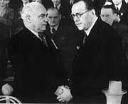 """Histroischer Händedruck auf ihrem """"Vereinigungsparteitag"""" am 21. April 1946: KPD-Vorsitzender Wilhelm Pieck und SPD-Vorsitzender Otto Grotewohl"""