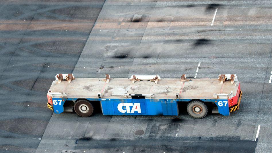 Container-Transporter im Hamburger Hafen: Tiefer Einschnitt
