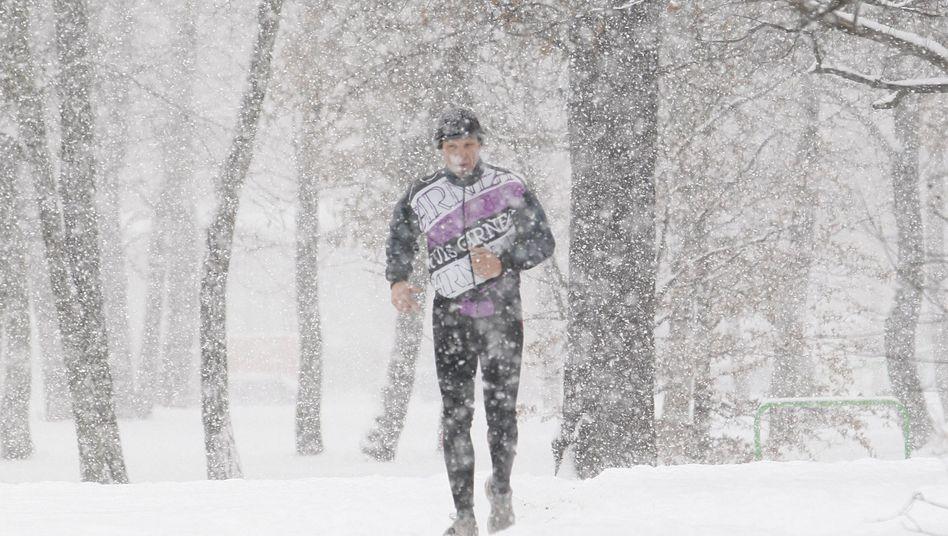 Jogger im verschneiten Berlin: Nichts für Weicheier