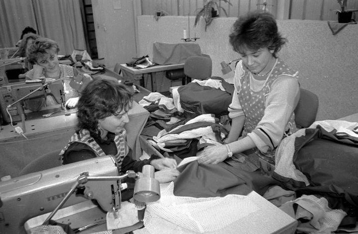 Produktion im VEB Syntetiks bei Zwickau im Januar 1989: Kaum etwas , das in der früheren DDR hergestellt wurde, war mit Westprodukten konkurrenzfähig. In einem Punkt war der Osten dem Westen aber weit voraus - die Erwerbsbeteiligung der Frauen lag in der DDR weit über der in der BRD.