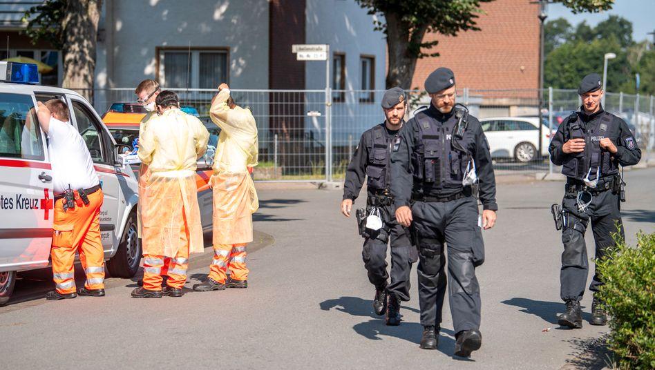 Tönnies-Fabrik bei Rheda-Wiedenbrück: Polizei und Hefler vom Roten Kreuz bei einem Einsatz vor Ort