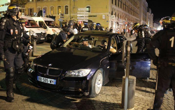 Polizisten in Marseille stoppen ein Auto gewaltsam