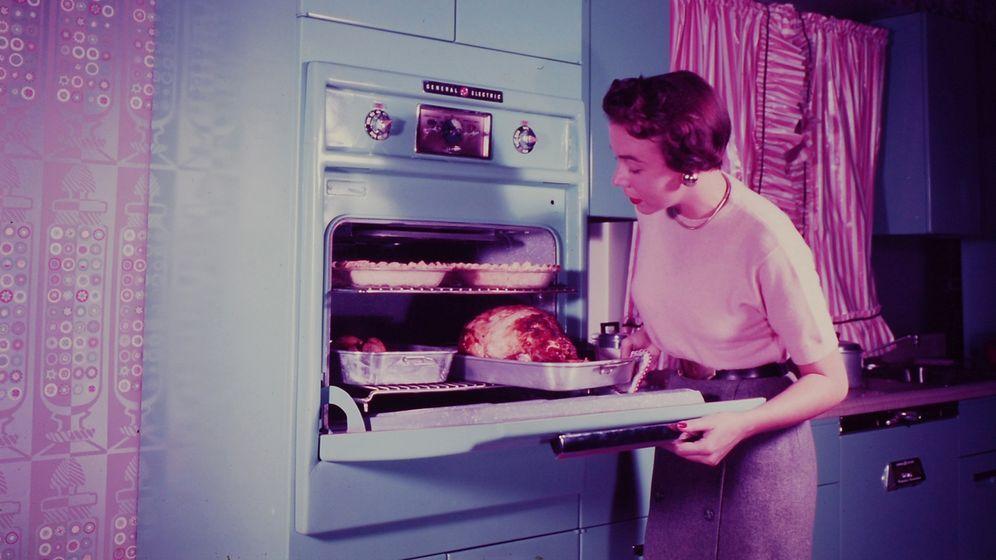 """Hausfrau in den Fünfzigerjahren in den USA: Erst einmal musste dargelegt werden, """"wie man überhaupt elektrisch kocht""""."""