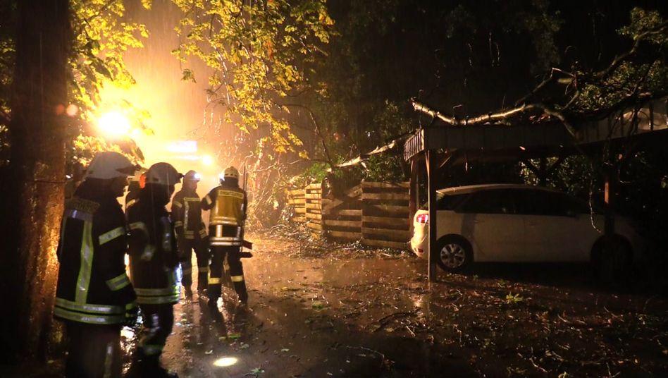 Feuerwehrleute bei einem Einsatz im Landkreis Oldenburg: Bis zum Wochenende werden noch weitere Gewitter erwartet