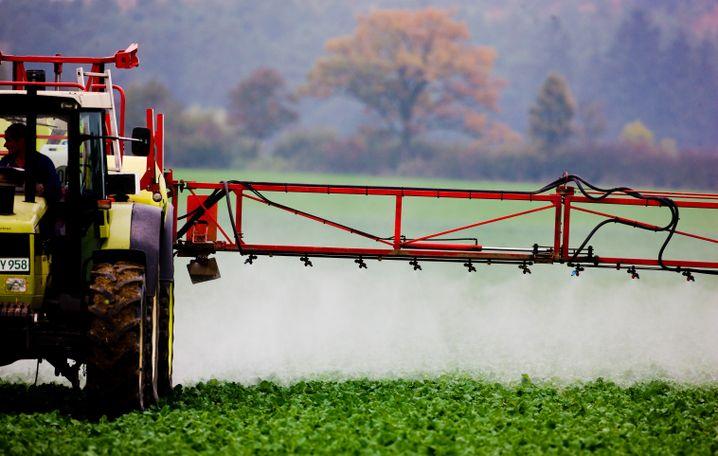 Landwirt beim Spritzen
