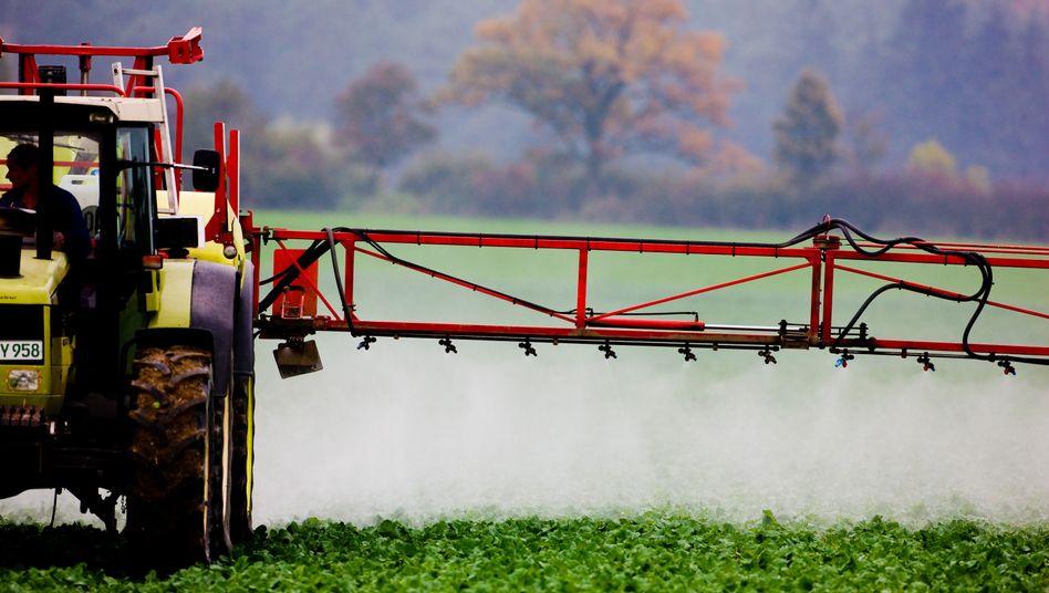 Landwirt versprüht in Sieversdorf (Brandenburg) ein Pestizid