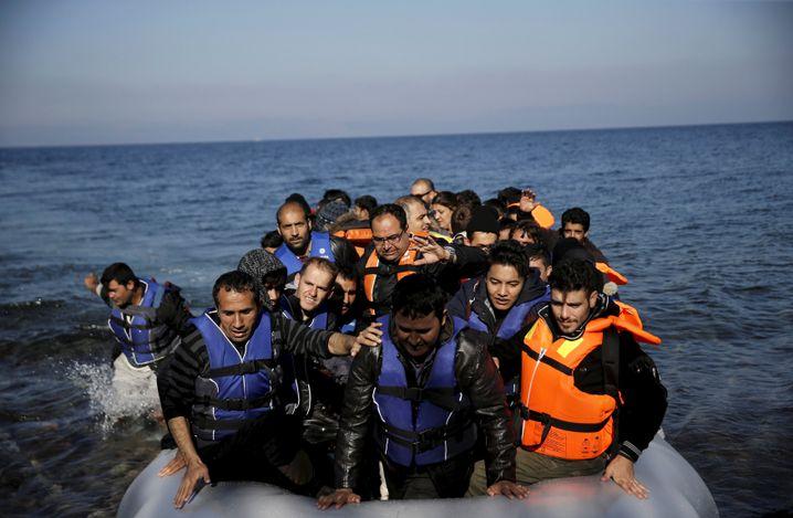 Ankunft eines Flüchtlingsboots auf Lesbos, November 2015