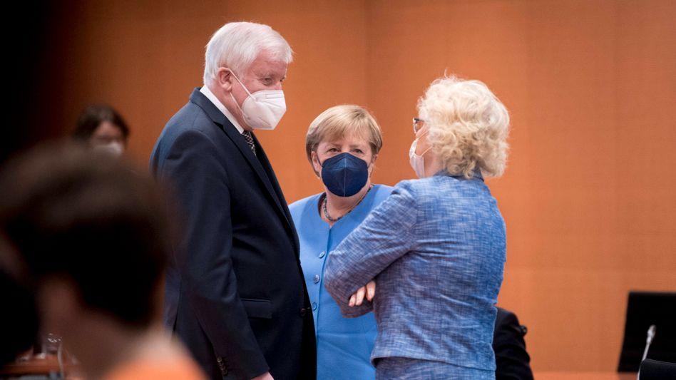Bundesinnenminister Horst Seehofer (CSU), Bundeskanzlerin Angela Merkel (CDU), Bundesjustizministerin Christine Lambrecht (SPD)