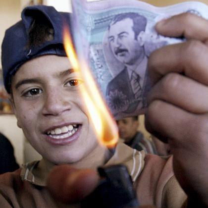 Junge in Sadr-City verbrennt Banknote mit Saddam-Motiv: Jubel in der Schiiten-Hochburg