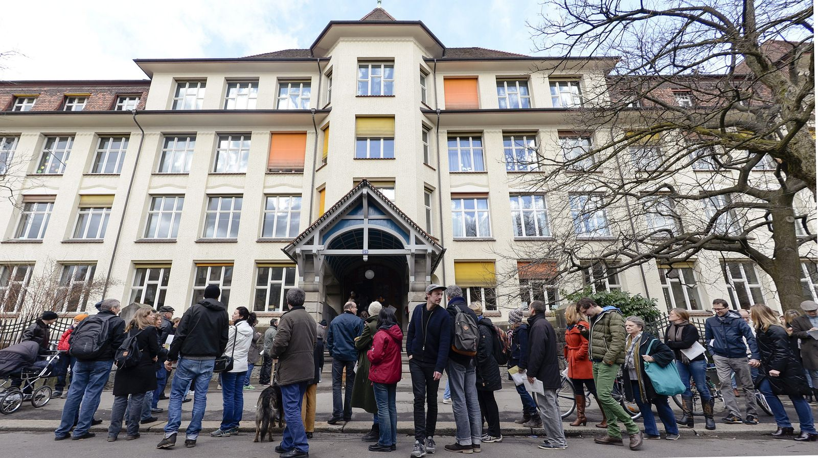 Swiss vote in referendum on limiting immigration
