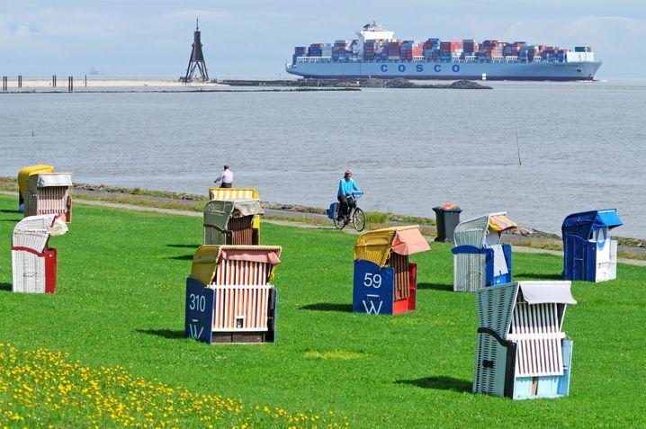 Strandkörbe, Radfahrer, Containerschiff: Am Ziel in Cuxhaven