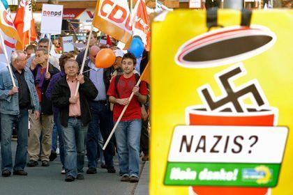 Teilnehmer einer Kundgebung gegen den Sonderparteitag der NPD: Mehrere hundert Menschen demonstrierten am Samstagmorgen im Berliner Bezirk Reinickendorf