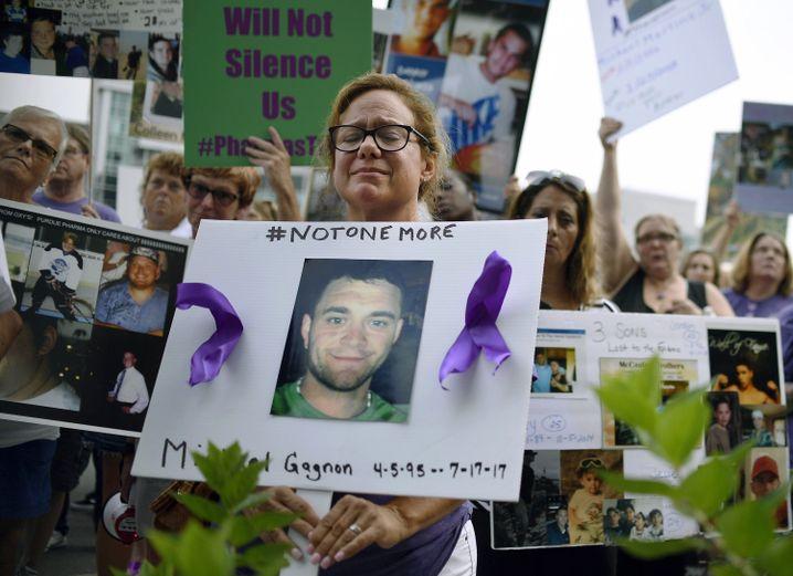 Familienmitglieder und Freunde von verstorbenen Opioid-Opfern protestieren vor der Unternehmenszentrale von Purdue Pharma in Stamford, Connecticut