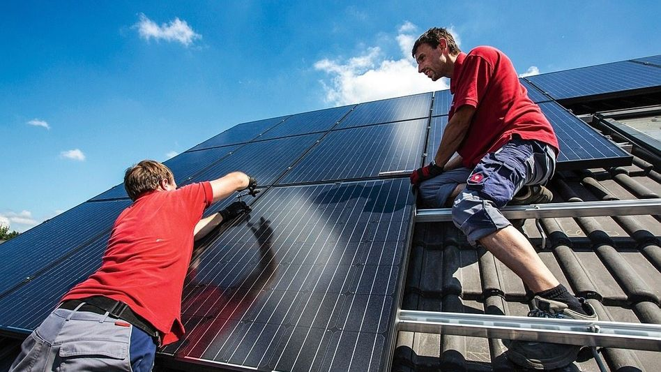 Handwerker bei Montage einer Solaranlage