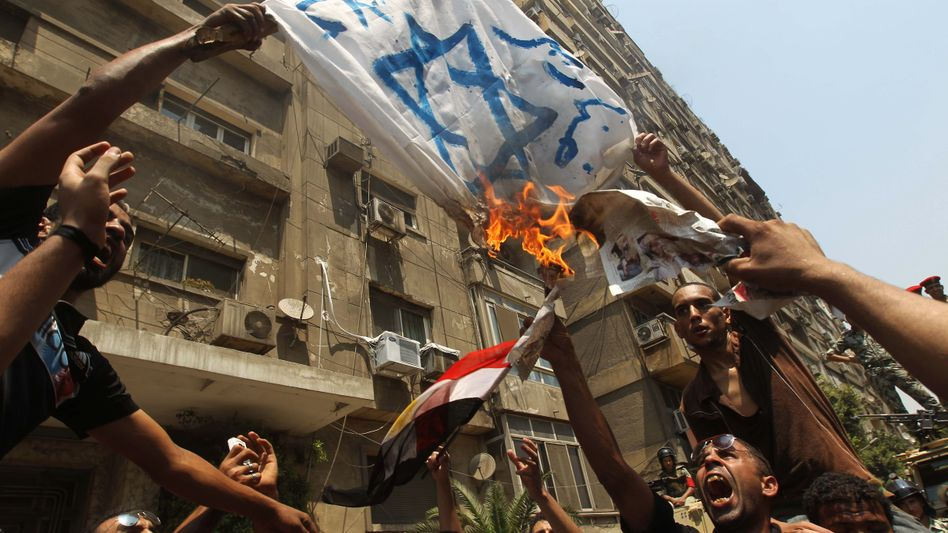 Wut in Kairo: Ägyptische Demonstranten verbrennen eine selbstgemalte israelische Flagge