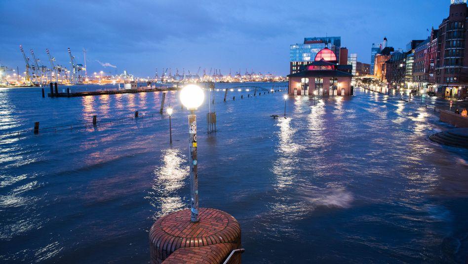 Fischmarkt überflutet: Wassermassen in St. Pauli