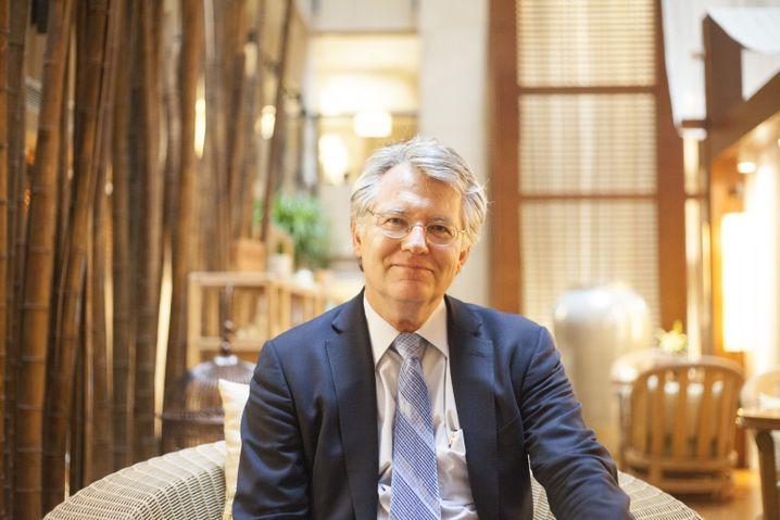 Jörg Wuttke , Jahrgang 1958, kam Anfang der Achtzigerjahre zum ersten Mal nach China, erlebte 1989 den Aufstand am Platz des Himmlischen Friedens und danach den Aufstieg des Landes zur Wirtschaftsmacht. Er vertrat den Energie- und Automatisierungskonzern ABB in Shanghai und den Chemiekonzern BASF in Peking. Von 2001 bis 2004 war er Chef der deutschen und nach 2007 der europäischen Handelskammer in Peking. Im Mai endete seine Amtszeit.