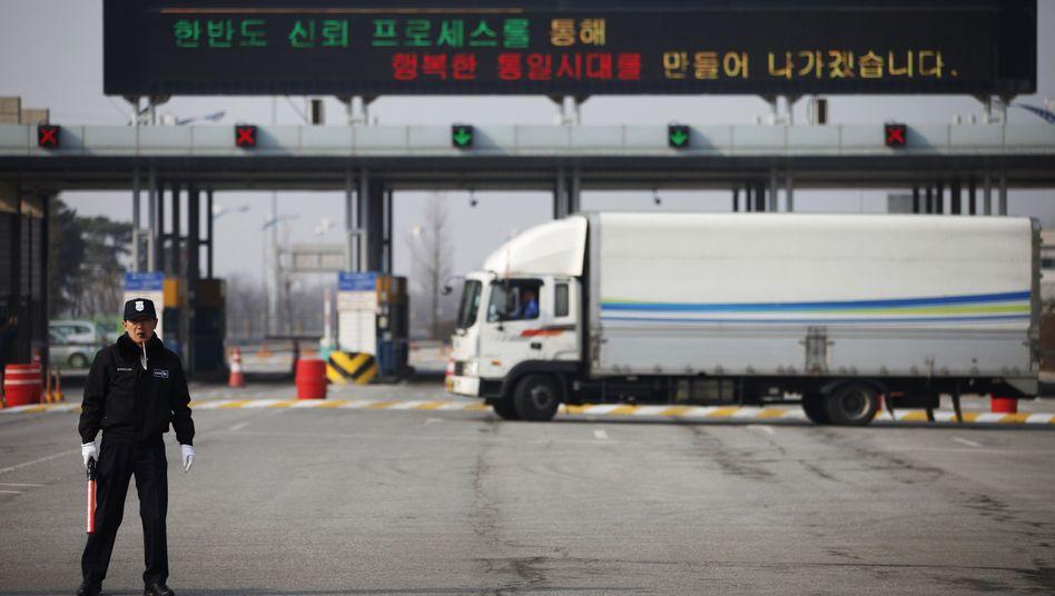 """Gesperrte Einfahrt zum Industriepark Kaesong (Archivbild vom April): """"Gelegenheit, Vertrauen zu schaffen"""""""