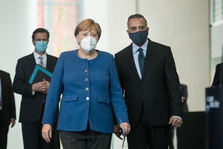 Kanzlerin Merkel, Premier Kasimi: Die Bundeswehr bildet irakische Streitkräfte aus, die Mission ruht derzeit Corona-bedingt weitgehend